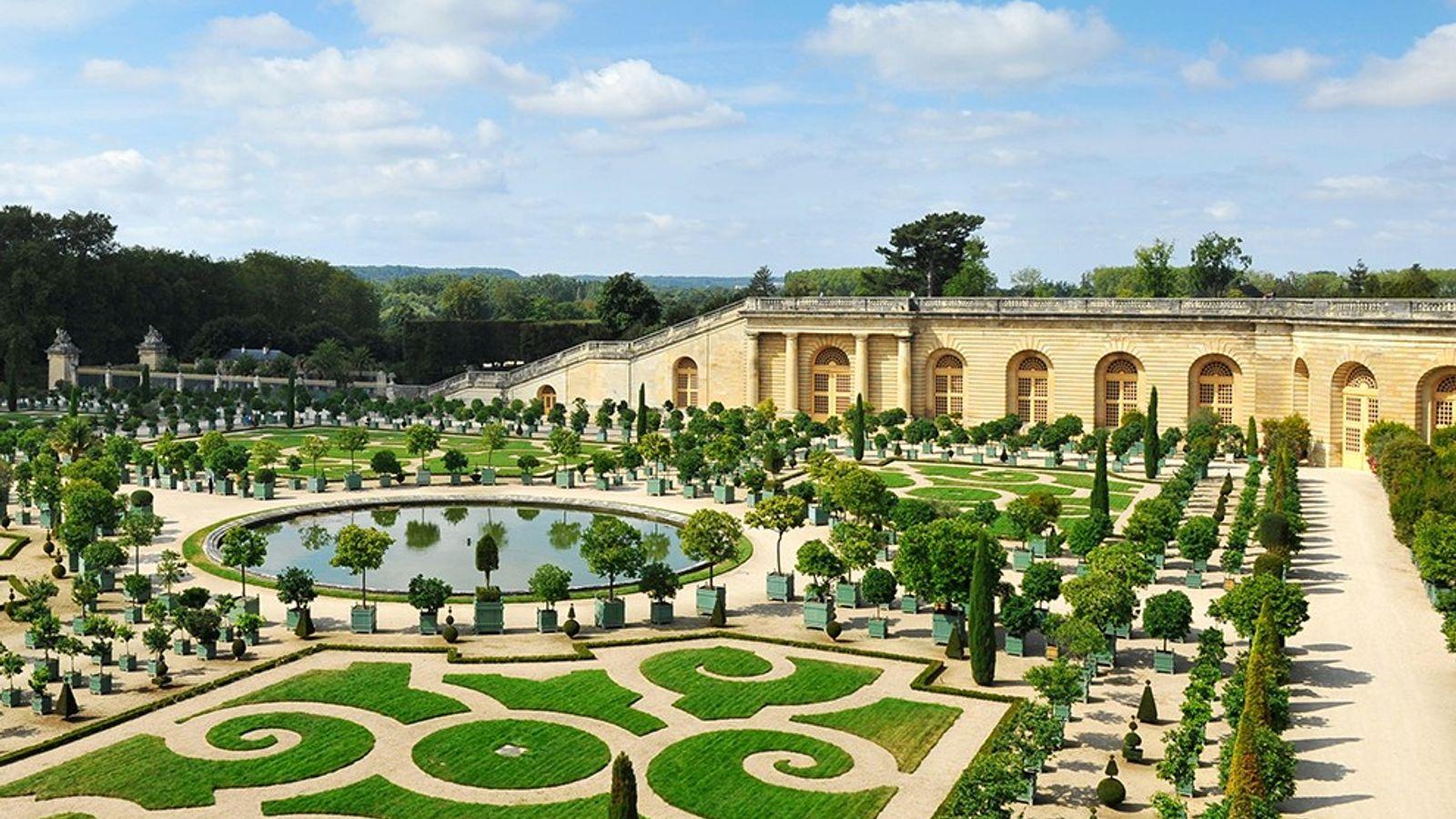 Des orangers bordent un jardin à la française, jadis l'épicentre du pouvoir royal français. Il fallut ...
