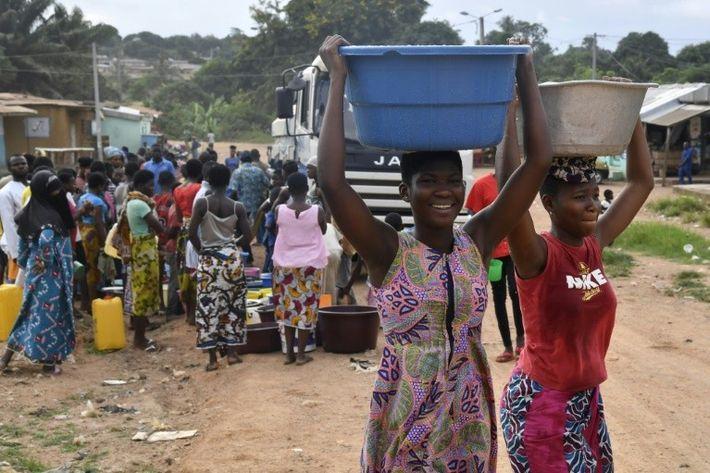 De jeunes Ivoiriennes transportent de l'eau à Bouaké, le 2 juin 2018