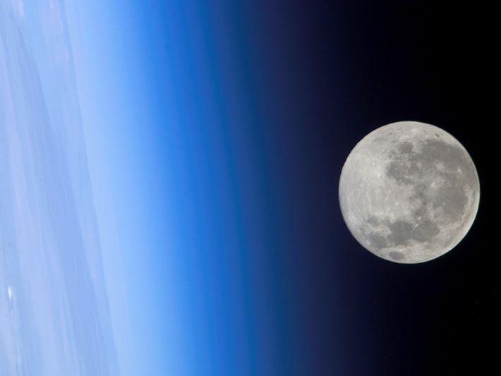 Pleine lune au-dessus de la stratosphère de la Terre. Cette photo a été prise par un ...