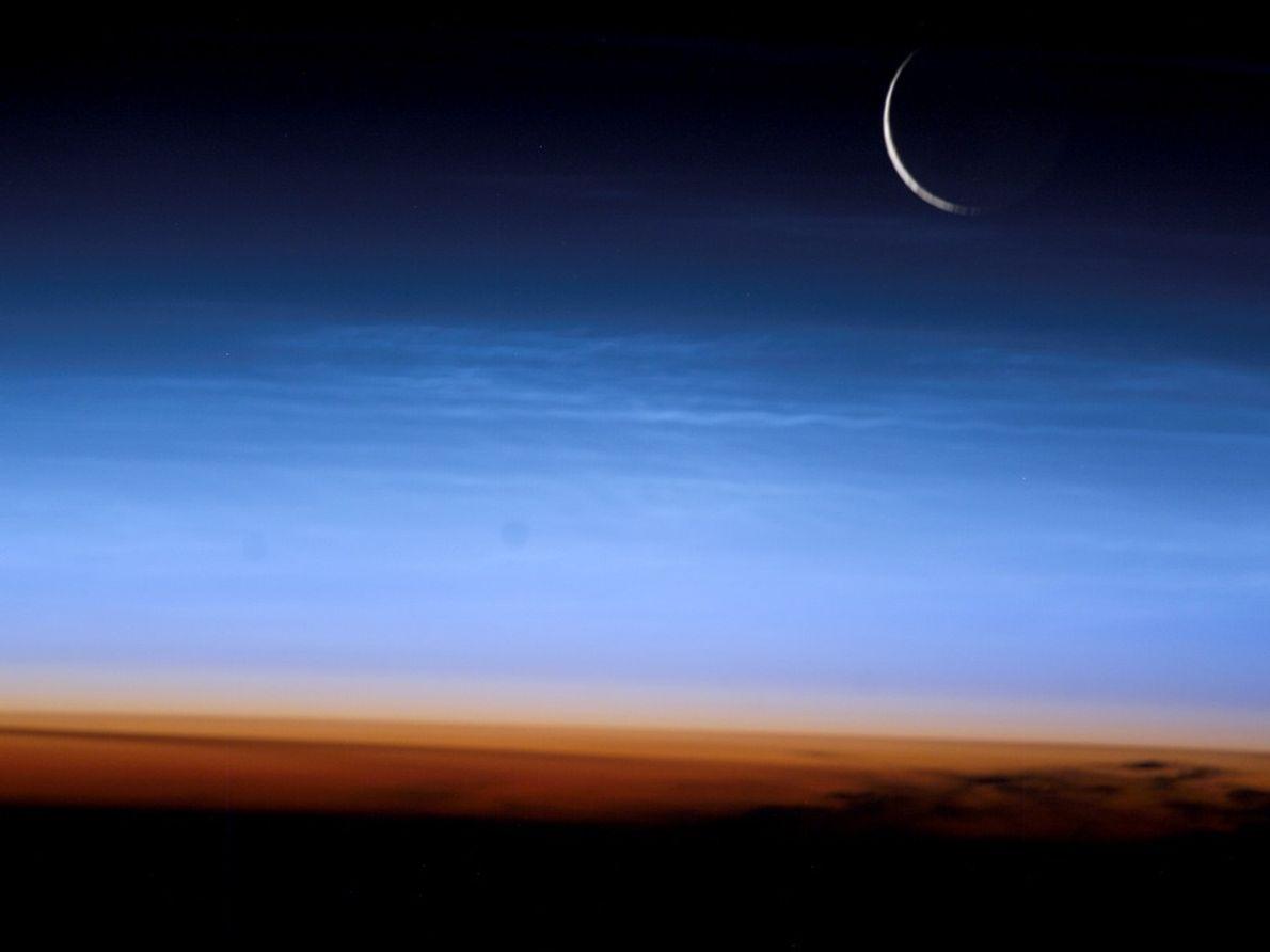 Un fragment de lune au-dessus d'une coupe transversale de l'atmosphère. La photo offre également une vision ...