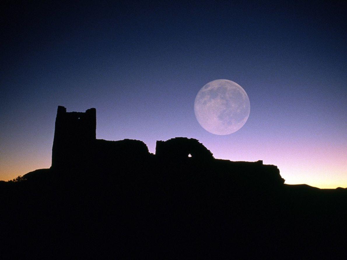 Pleine lune au-dessus des ruines d'Anasazi connues sous le nom de Wukoki au Wupatki National Monument ...