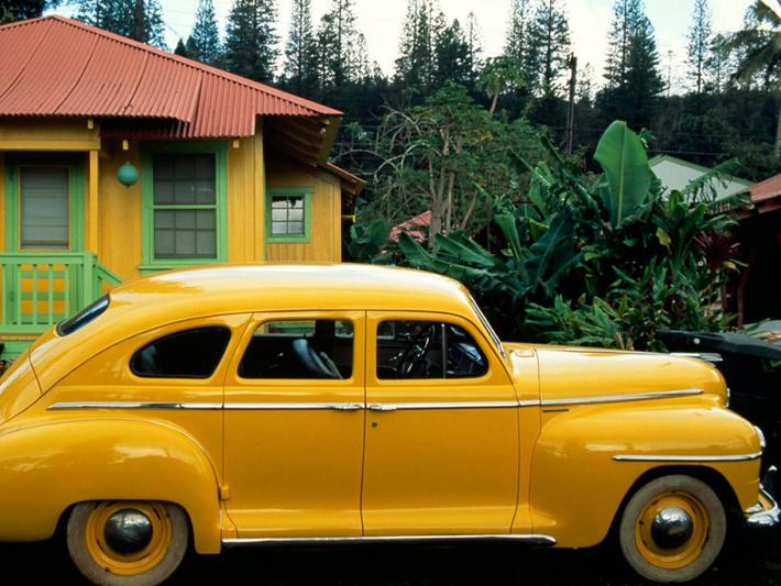 Les teintes jaunes d'une petite maison de Lanai City, à Hawaï, répondent à celles de la ...