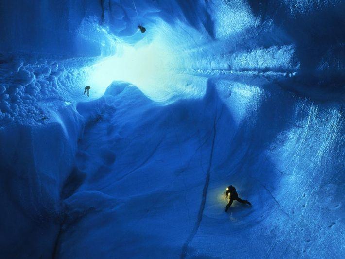 Des spéléologues descendent en rappel sur 90 mètres dans la calotte glaciaire du Groenland. Les grottes ...