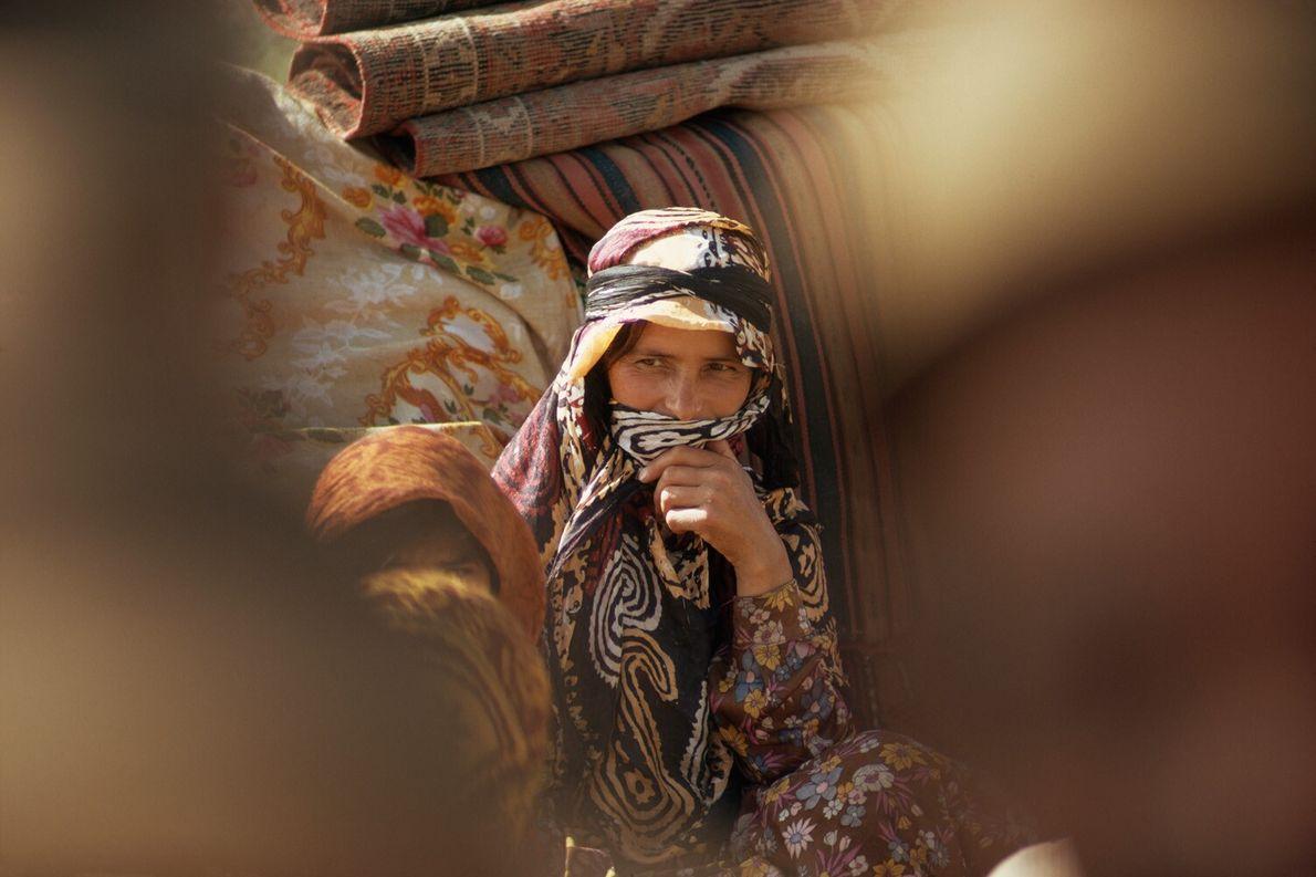 Iran, 1975 : une femme du peuple Shahsavan cache son sourire derrière un voile.