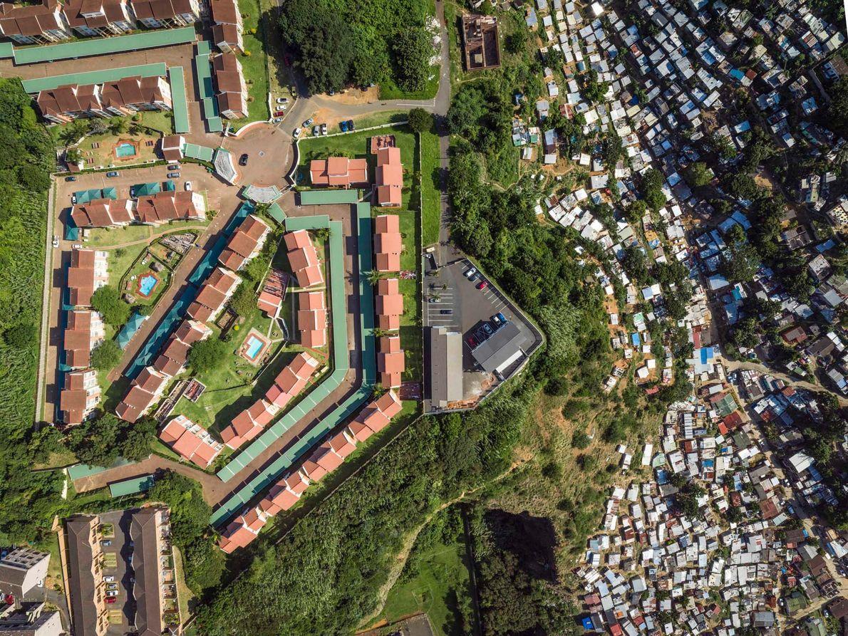 Un quartier aisé se trouve sur une colline escarpée au-dessus de la rivière Umgeni à Durban, …