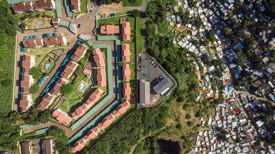 Un quartier aisé se trouve sur une colline escarpée au-dessus de la rivière Umgeni à Durban, ...