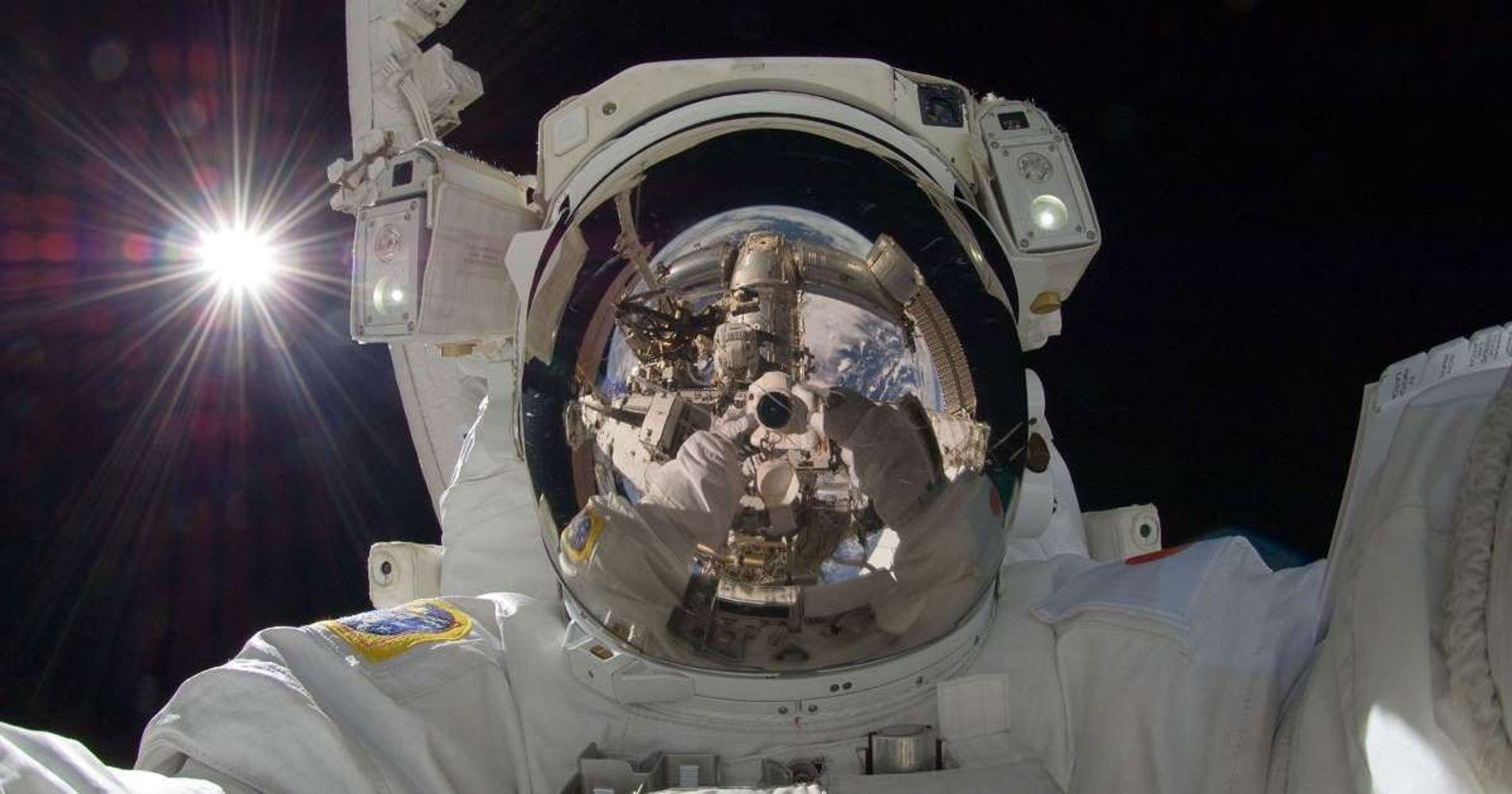 L'astronaute japonais Akihiko Hoshide a réalisé ce remarquable selfie alors qu'il se trouvait sur la Station spatiale internationale en orbite autour de la Terre le 5 septembre 2012.