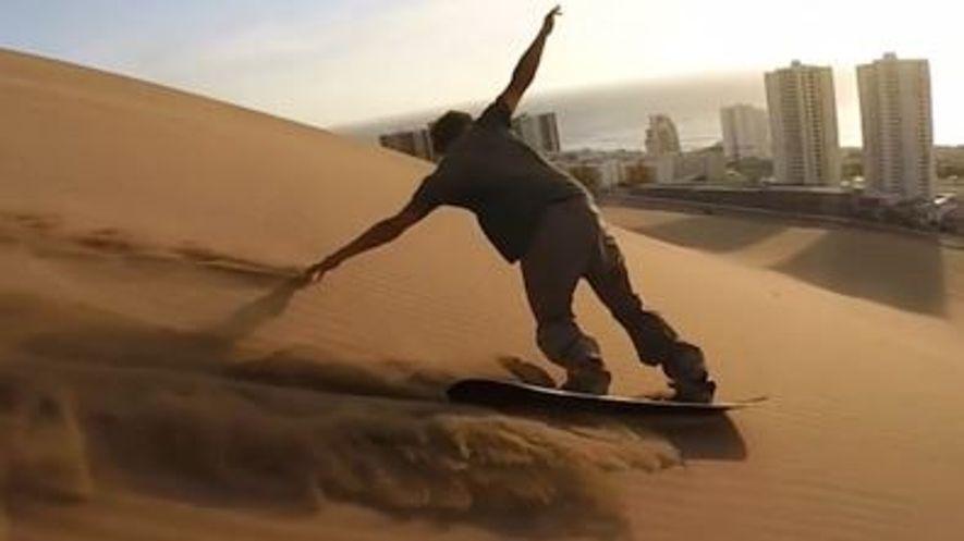 Sandboard sur la dune de sable Cerro Dragón