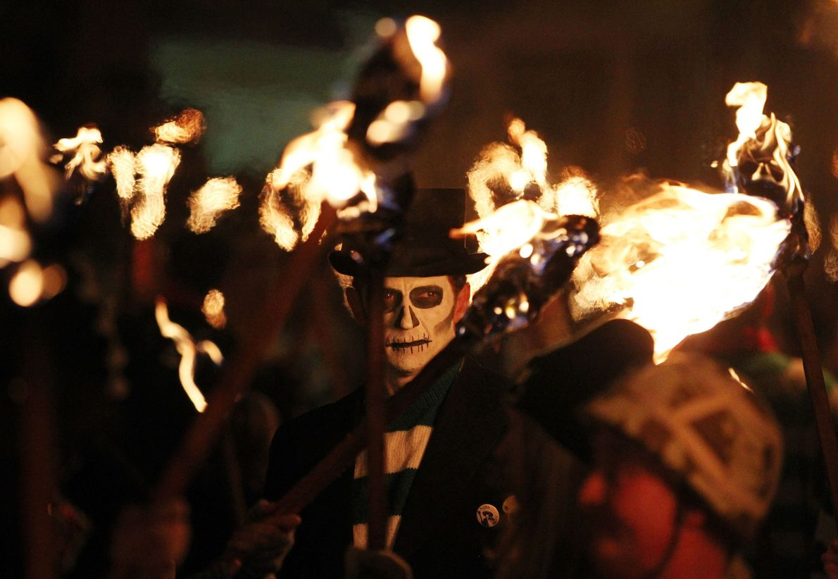 Des membres de la Lewes Bonfire Society défilent à travers Lewes, dans le sud de l'Angleterre, ...
