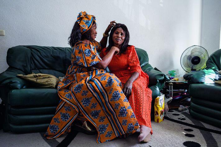 Fatou Ndoye et Hawka Diallo, deux amies sénégalaises, sonten Espagne depuis une décennie. Elles sepréparent pour ...