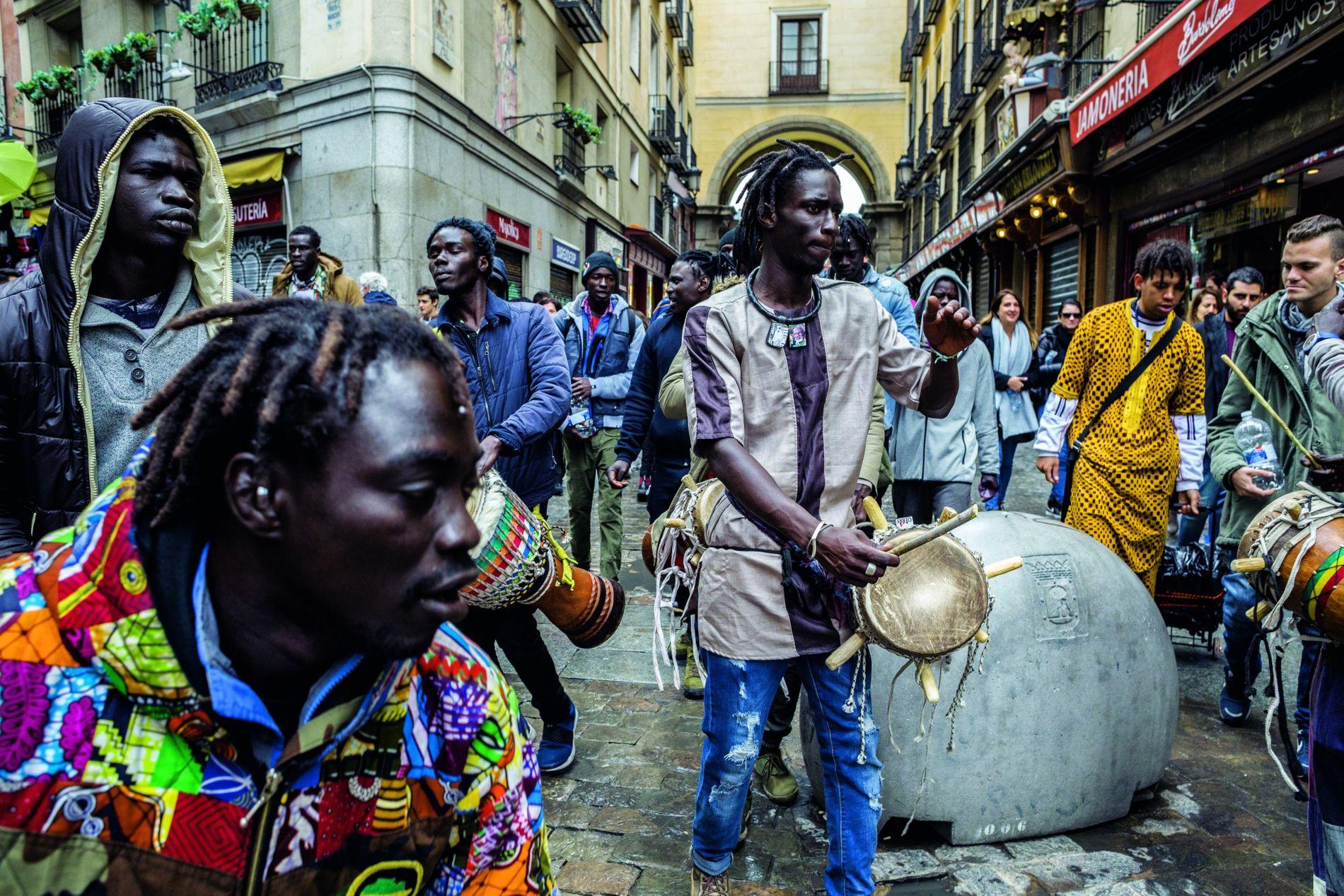 À l'entrée de l'historique Plaza Mayor, à Madrid, des immigrés sénégalais profitent d'une pause pour célébrer ...