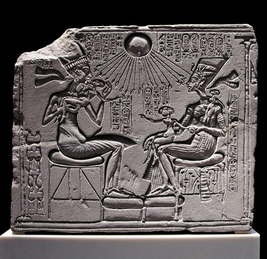 Sur cette stèle en calcaire du Neues Museum de Berlin figure Akhenaton et Néfertiti avec leurs trois filles, sous le dieu soleil Aton. À Amarna, de telles stèles servaient d'autel dans les résidences de l'élite.