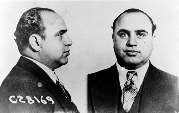 En février 1929, le « massacre de la Saint-Valentin », ordonné par Al Capone (surnommé Scarface, ...