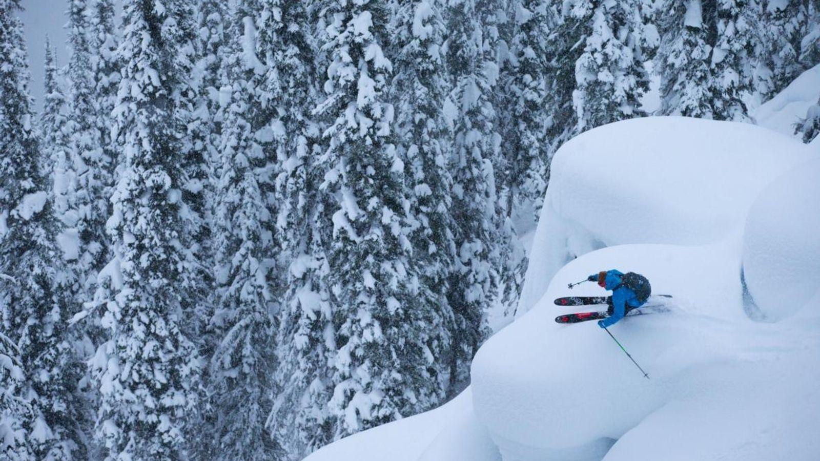 Sur cette photo d'Angela Percival, Forrest Coots skie dans le décor immaculé de l'arrière-pays de Revelstoke, ...