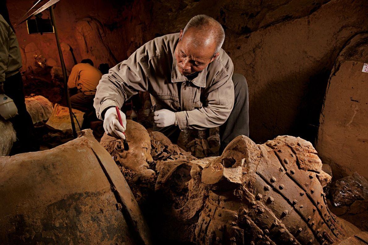 Des fouilles pour de nouvelles découvertes Accroupi devant un fouillis de nouvelles trouvailles, Yang Jingyi dégage ...