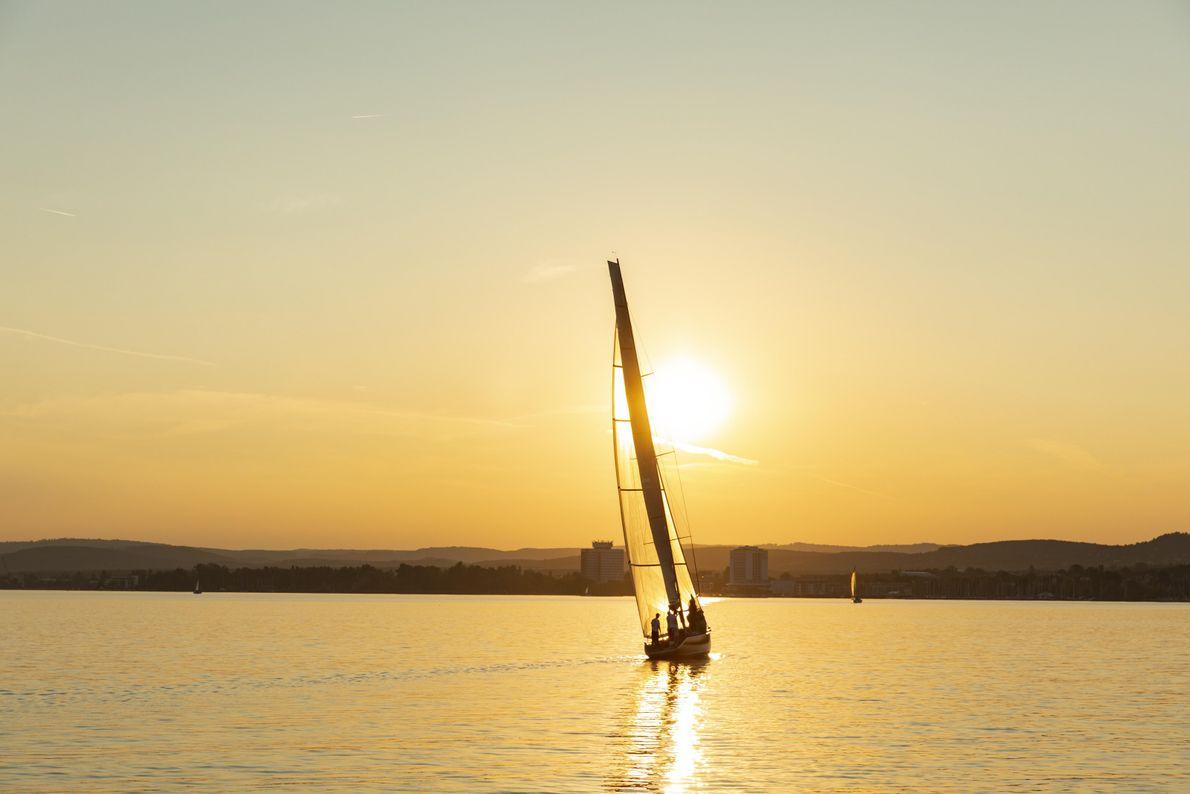 Un voilier glisse sur le lac Balaton, le plus grand lac d'Europe centrale, où les Hongrois ...