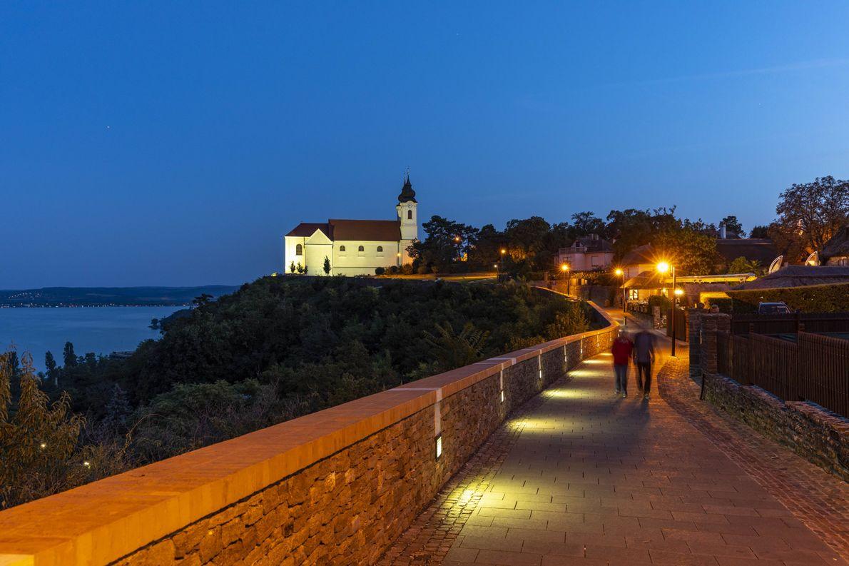 L'abbaye bénédictine éclaire le chemin au crépuscule sur la péninsule de Tihany. La péninsule est connue ...