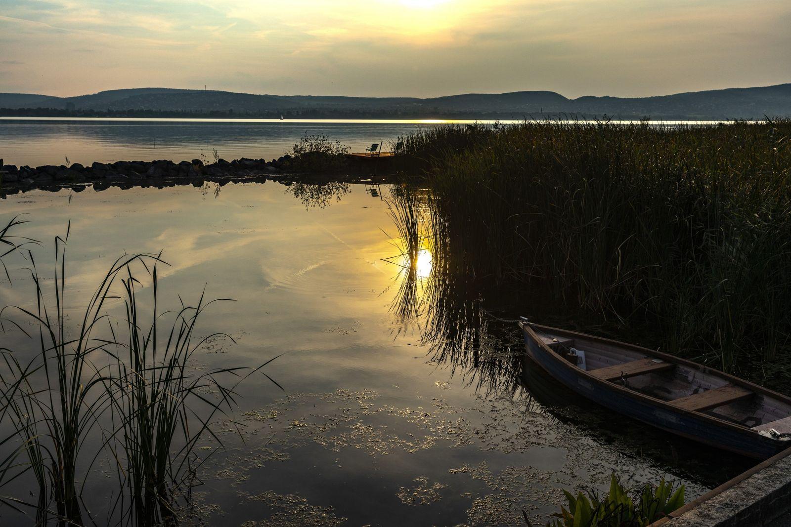 Sur le lac Balaton, un bateau de pêcheur a fini sa journée et est retenu par ...