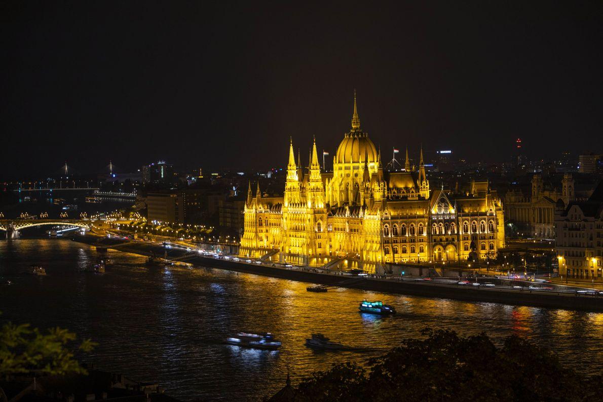 L'immense bâtiment du Parlement de Budapest est un monument éblouissant à toute heure de la journée, ...