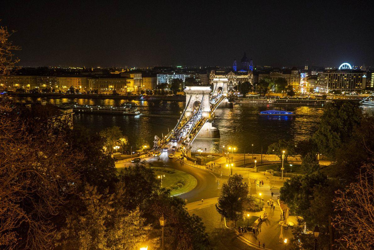 Le pont Széchenyi est l'un des sept ponts qui enjambent le Danube dans le centre de ...