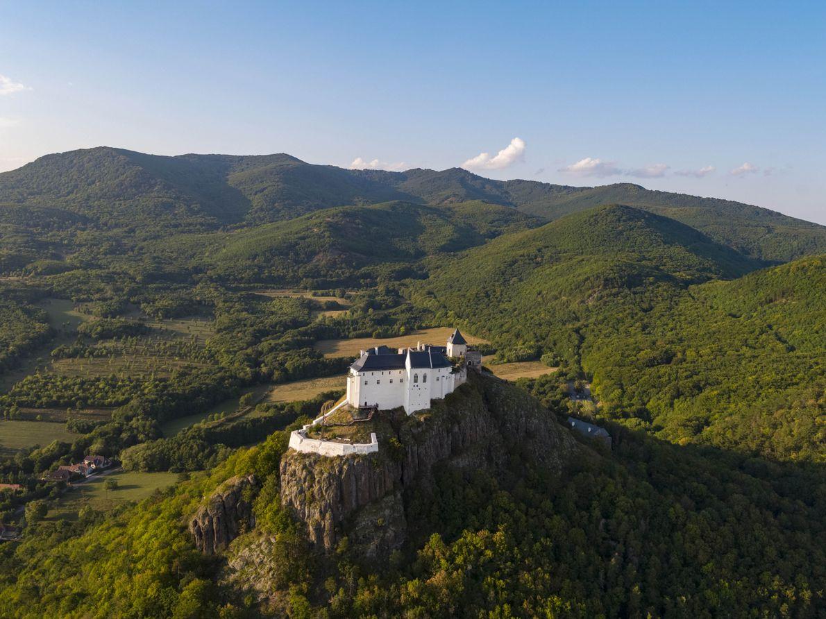 Le château de Füzér est situé dans un endroit magnifique du nord-est de la Hongrie, sur ...