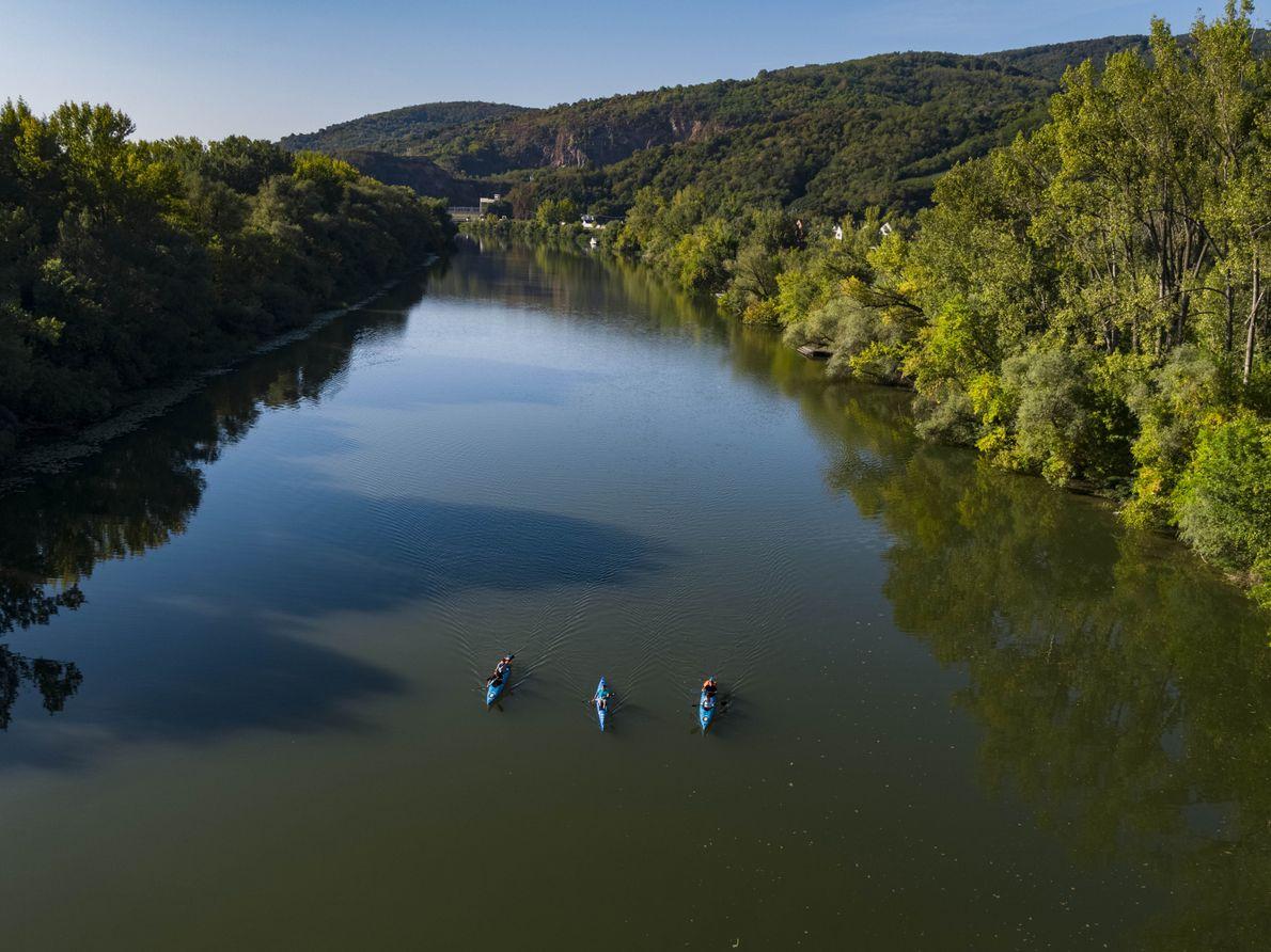 Des kayakistes pagaient sur la rivière Bodrog à Tokaj. La région est encadrée par des frontières ...