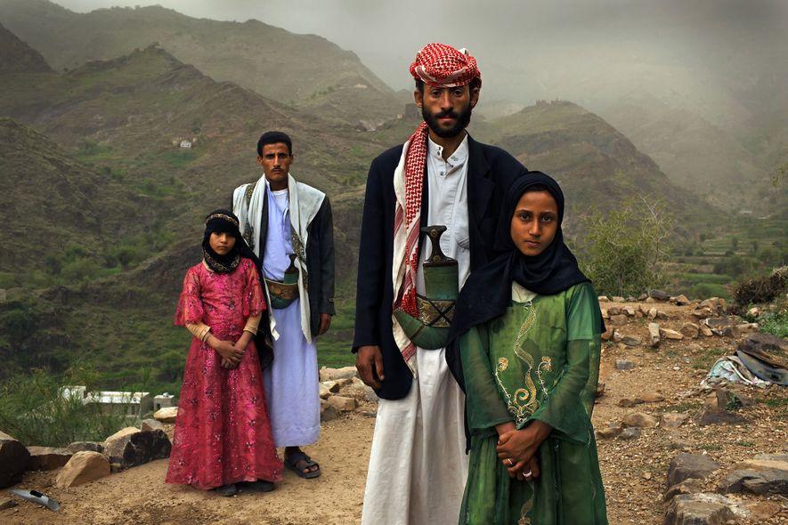 « À chaque fois que je le voyais, je me cachais. Je le haïssais, » se rappelle Tahani (en rose) des premiers jours de son mariage avec Majed alors qu'elle avait 6 ans et lui 25. La jeune épouse pose pour ce portrait avec son ancienne camarade de classe Ghada, aussi mariée quand elle était enfant, devant sa demeure à la montagne à Hajjah en 2010. Près de la moitié des femmes au Yémen sont mariées alors qu'elles ne sont encore que des enfants.