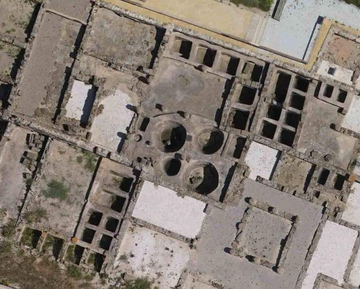 Vue aérienne de bassins de salage de poissons (cetaria), dans l'ancienne ville romaine de Baelo Claudia, ...