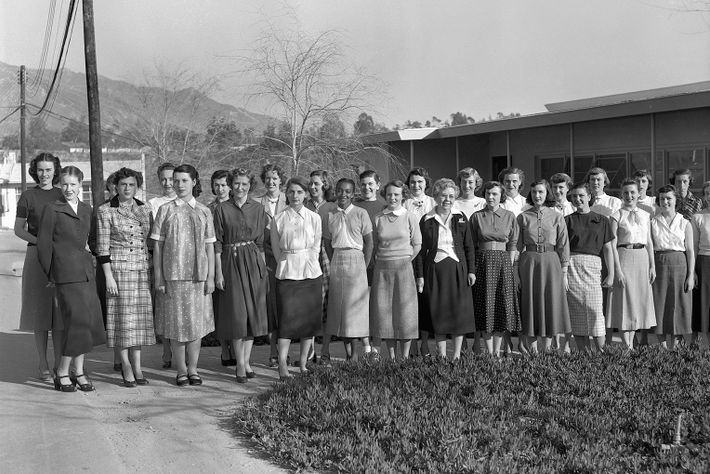 Seules les femmes occupaient les postes de calculatrices humaines. La responsable Macie Roberts (premier rang, huitième ...