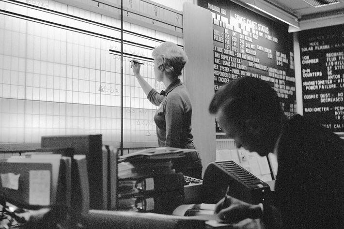 Lors du survol de Vénus en 1962, une femme suit la position de Mariner 2. Bon ...