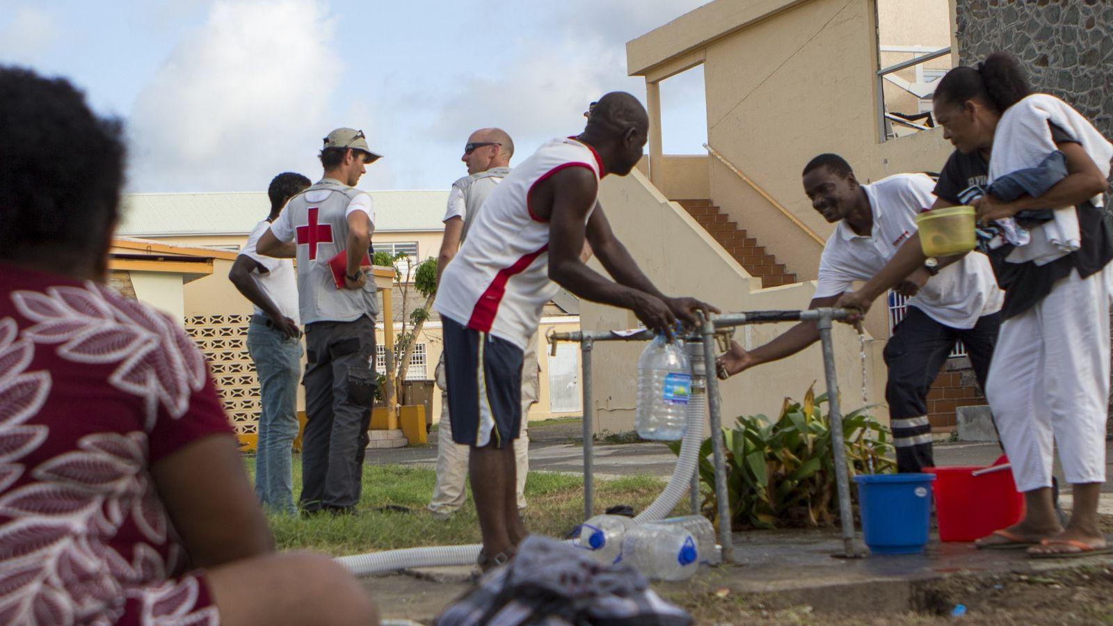 Opération Irma menée par la Croix-Rouge française à Saint-Martin. Les habitants se servent en eau sanitaire, ...