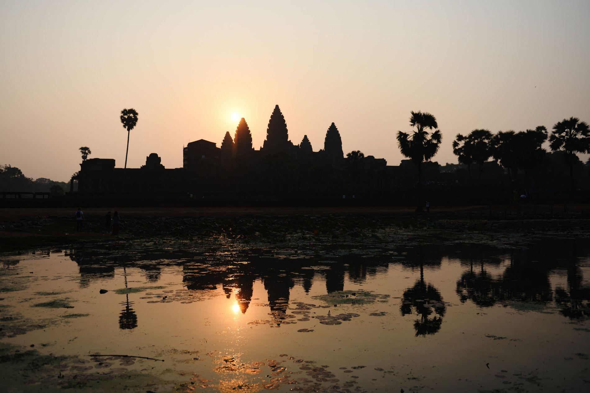 Pour être aux premières loges du lever de soleil sur les cinq tours du temple d'Angkor Vat, et arriver avant le gros de la foule, un seul conseil : s'y rendre à l'ouverture du site, à 5h30.  Et attendre patiemment…
