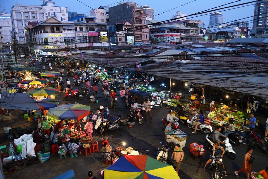 Dans le marché russe de Pnomh Penh, on trouve de tout et surtout des denrées atypiques et étonnantes, comme les œufs roses ou recouverts d'une épaisse couche de terre noire.