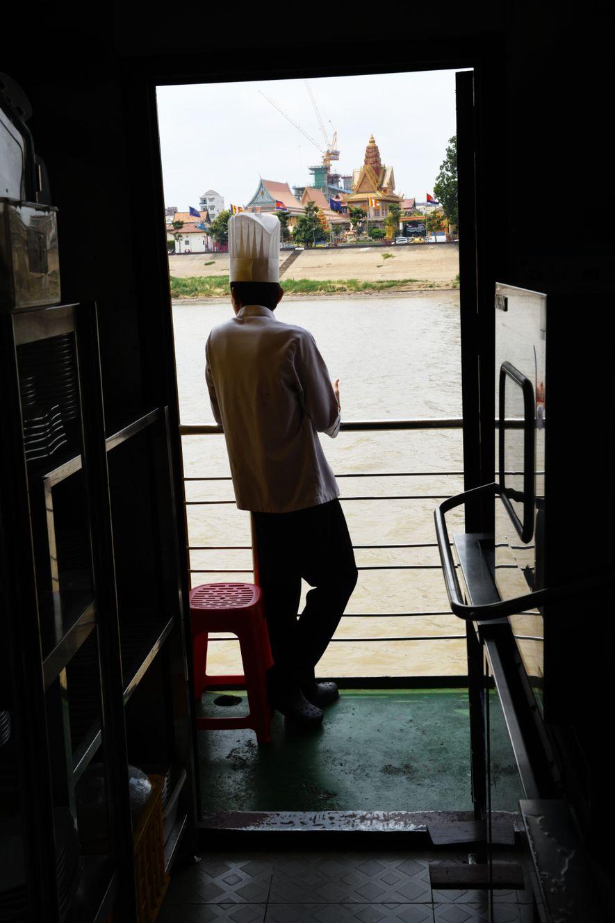 À la sortie de Phnom Penh, les temples et pagodes qui défilent le long de la rivière offrent un spectacle dont ne se lasse pas le personnel du bateau, même après sept mois de croisières.