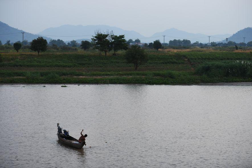 Le Tonlé Sap est un des lacs les plus poissonneux du monde et la majeure partie des habitants de ses rives ou deses villages flottants vivent essentiellement de la pêche. À l'aube, le jour se lève sur les jacinthes d'eau, dans le son pétaradant des moteurs deleurs barques.