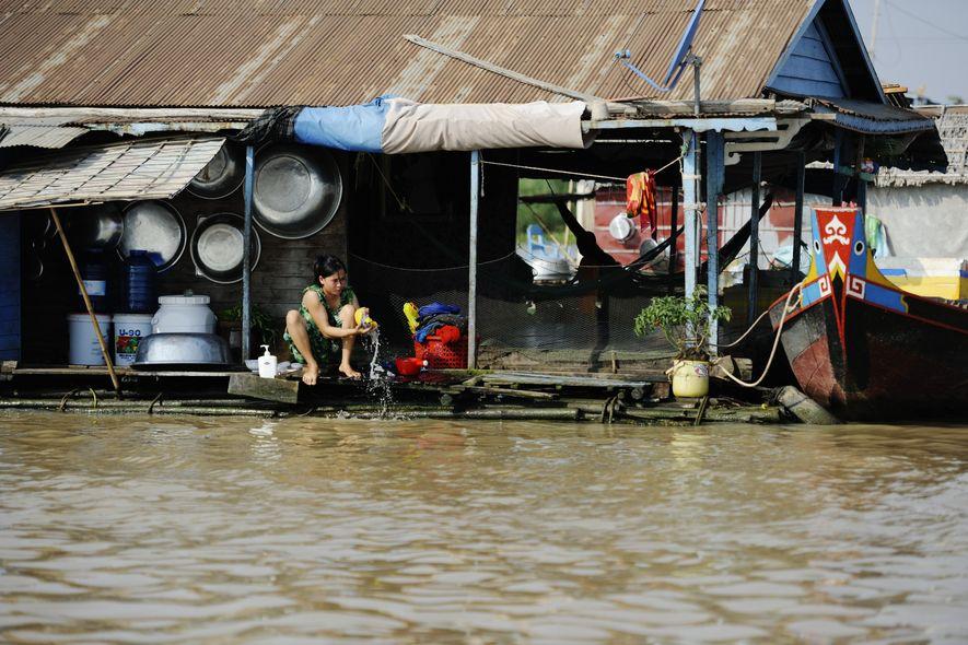 Dans ce village flottant, près du lac Tonlé Sap, dont le nom signifie en khmer «grande rivière d'eau douce», les gens vivent en majorité de la pêche. Les maisons sontretenues grâce à un système de bidons et de tiges de bambous plantées dans le lit de la rivière.