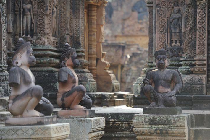 Parmi les nombreux vestiges du site archéologique d'Angkor, figure le temple de Banteay Srei (Xesiècle), la ...