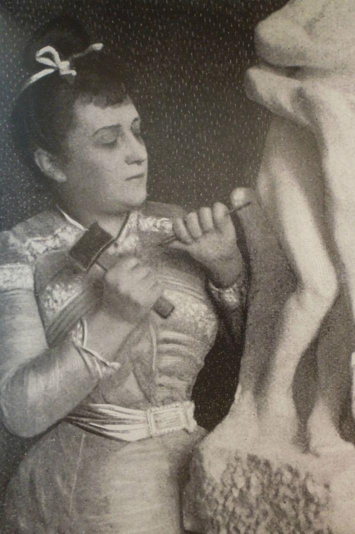 Camille Claudel (1864-1943) sculptant Vertumne et Pomone vers 1903, photographe anonyme.