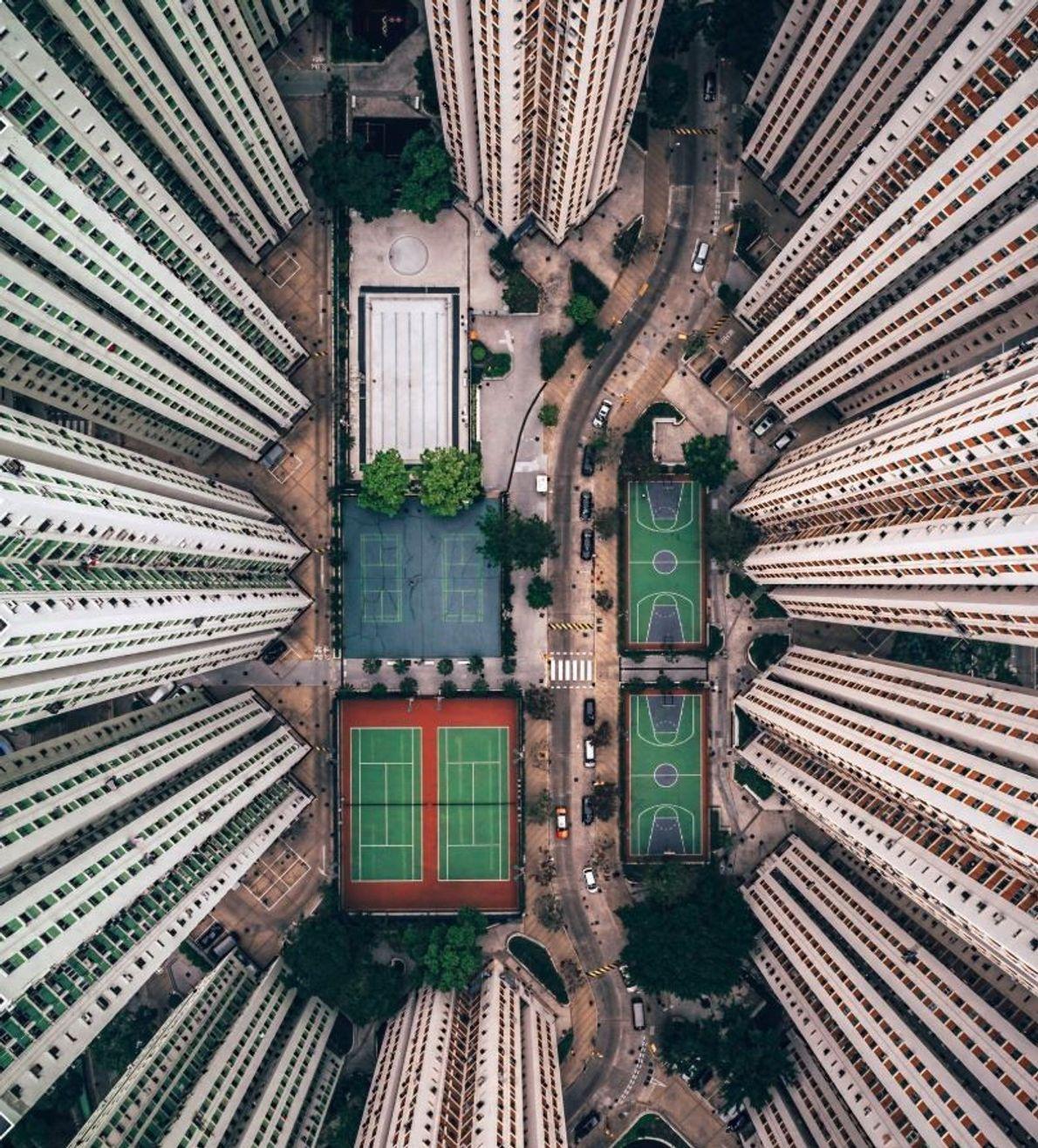 CATÉGORIE PHOTOGRAPHIE URBAINE - Sur cette photo, j'ai essayé de mettre en perspective les conditions de ...