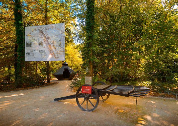 Une mitrailleuse et un char d'assaut dans le parc du château du Clos Lucé.