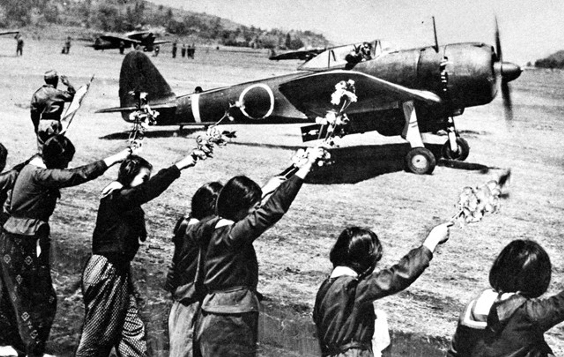Le 12 avril 1945, des lycéennes de Chiran (Japon) saluent, avec des branches de cerisiers en ...