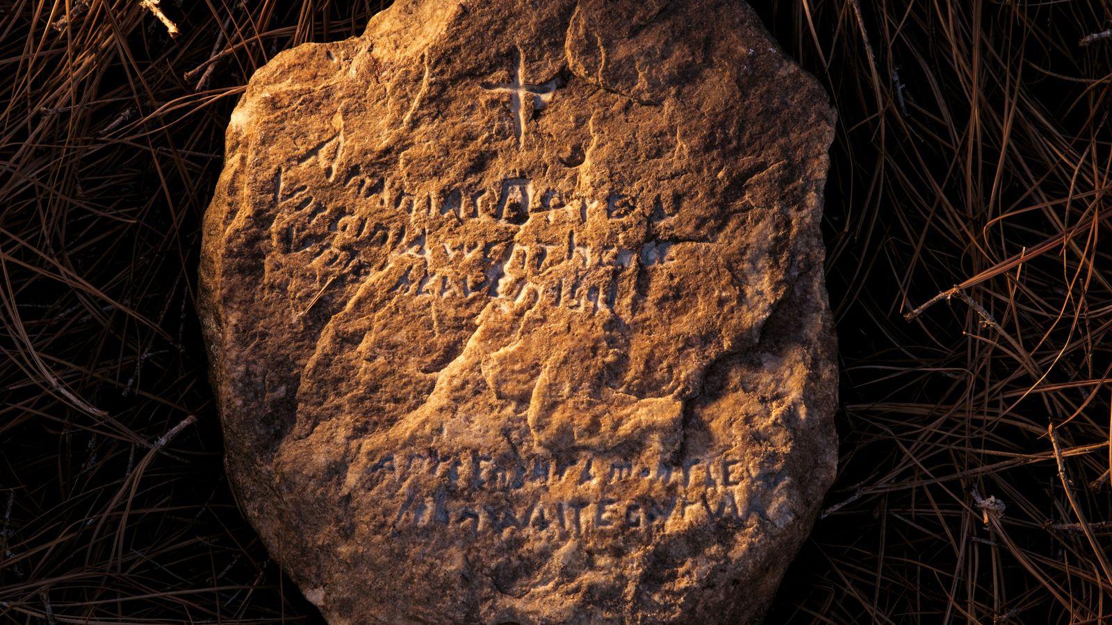 Selon la légende, Eleanor Dare, la fille du gouverneur John White, grava dans la pierre l'histoire ...
