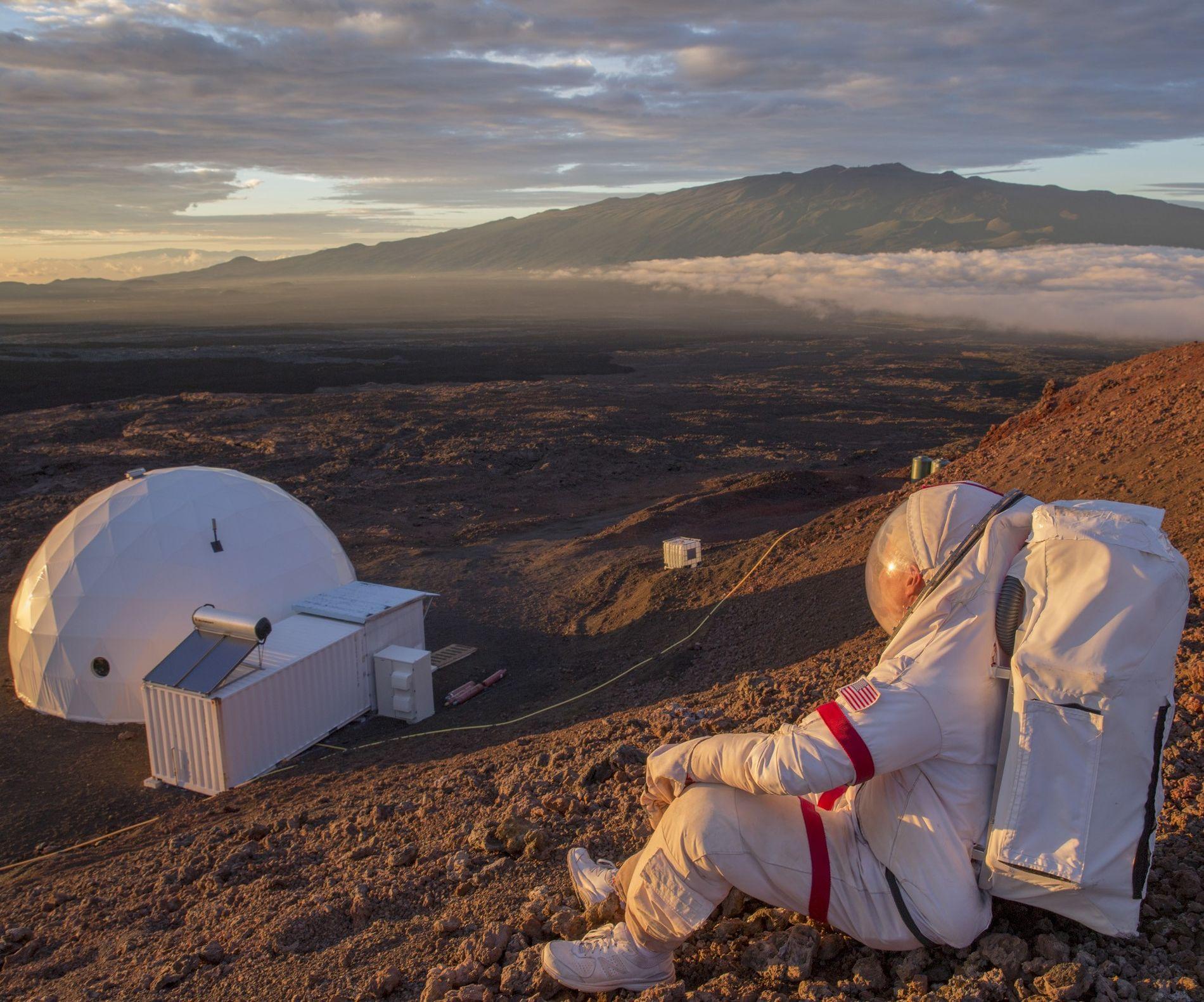 Le commandant Jeffrey Kluger observe le coucher de soleil dans le cadre d'une mission de simulation ...