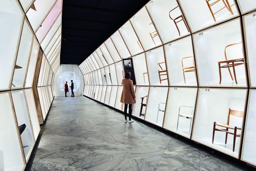 Inauguré en 1895, le Designmuseum retrace l'histoire du design danois à travers ses collections de mobilier, ...