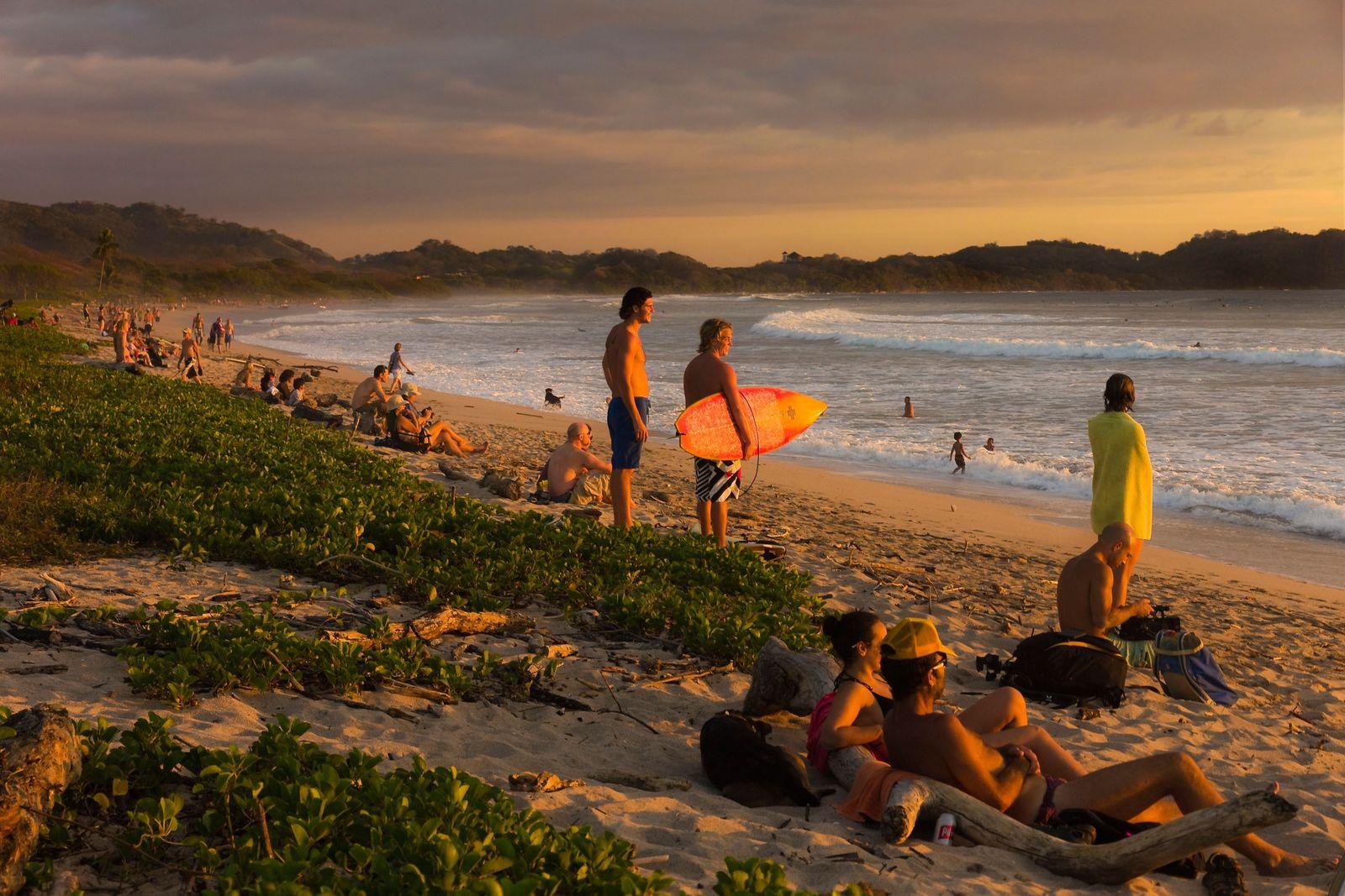 Le coucher du soleil à Playa Guiones est un moment prisé par la population. La plage ...
