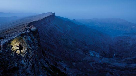 Alpiniste chevronné, Mark Synnott escalade une paroi, dans le sud de l'Ouzbékistan. Huit missions ont déjà ...