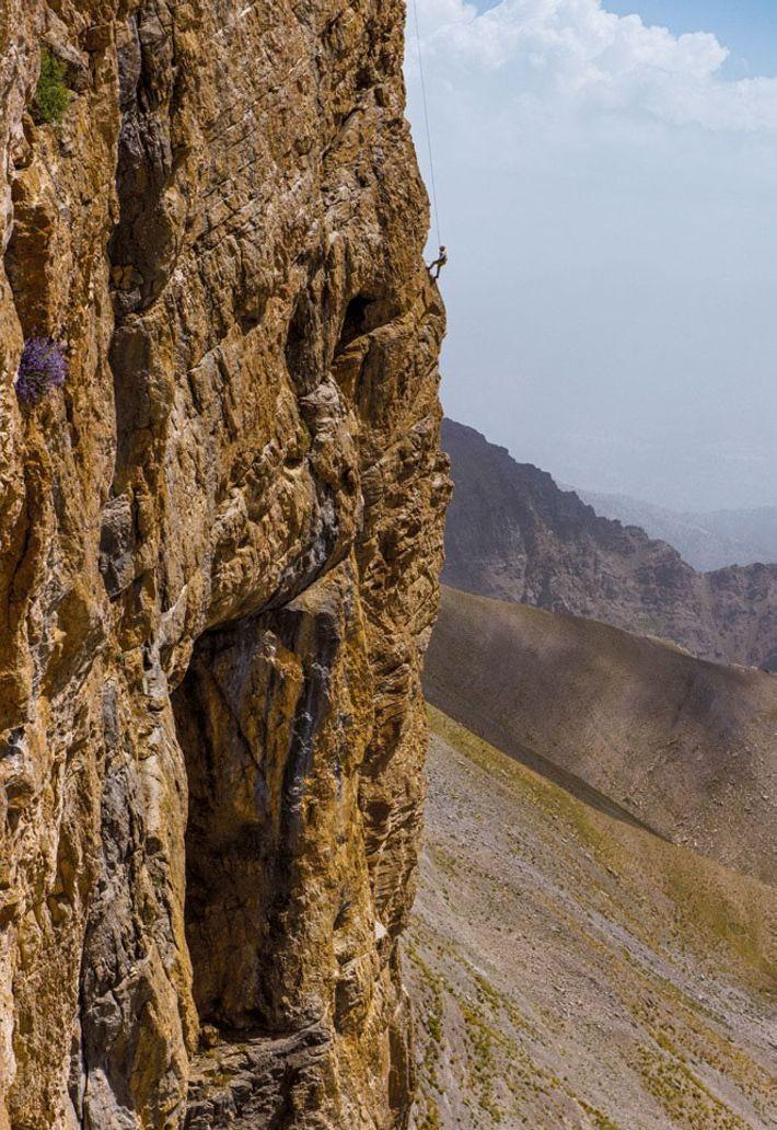Un membre de la mission descend en rappel la paroi d'une montagne. Objectif : pénétrer dans ...