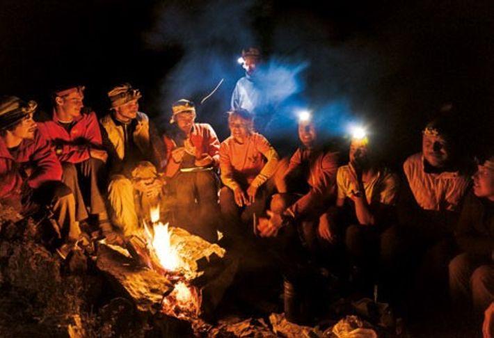 Musique et alcool aidant, le groupe se relaxe en extérieur. L'expédition a réuni des spéléologues du ...
