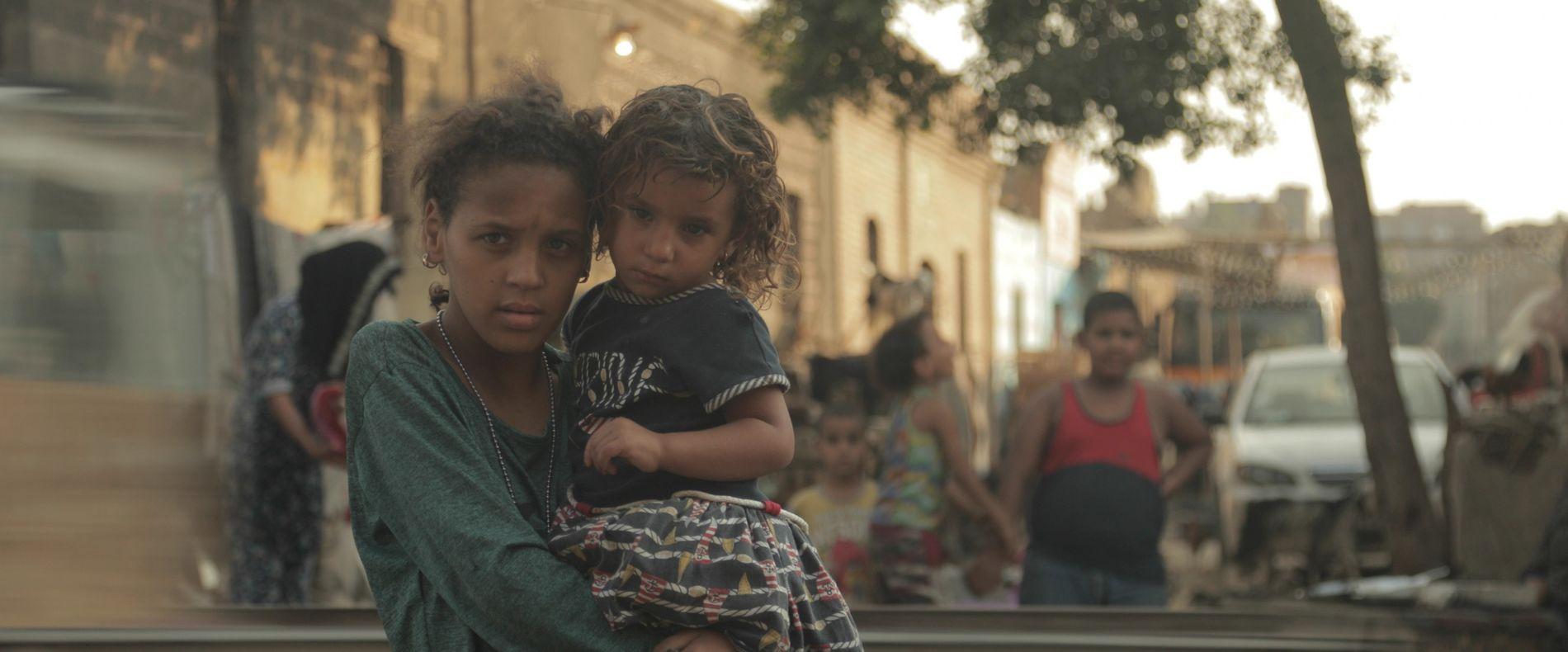Deux jeunes habitantes de la Cité des morts fixent notre caméra avec défiance.