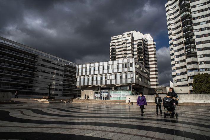 Créteil, photo de Damien Rietz. Le ciel nuageux crée un jeu d'ombres et de lumières sur ...